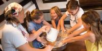 Kinder mischen Teig für einen Kuchen