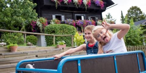 Zwei kleine Mädchen vor einem Landhaus im Sommer