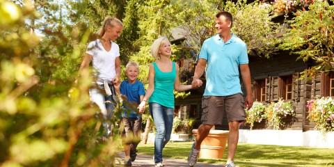 Familie beim Sommerurlaub geht spazieren