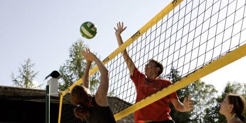 Jugendliche spielen Beachvolleyball