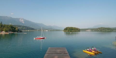 See aus der Vogelperspektive mit Steg und Booten