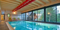 Indoor Pool mit Glasfront