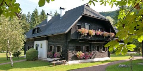 Großes Bauernhaus im Sommer
