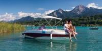 Paar sitzt auf Bug auf einem Motorboot am See